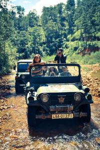 Trải nghiệm cảm giác mạnh với xe jeep vượt rừng lội suối tại làng Cù Lần.