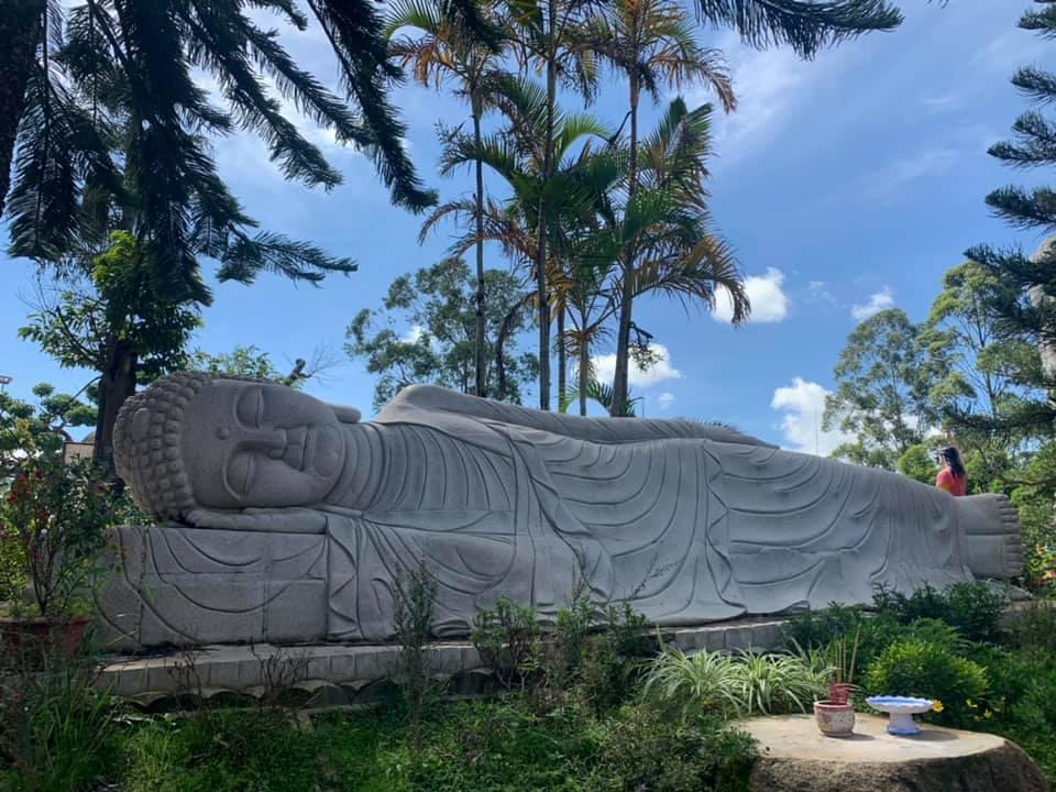 Tượng Phật nằm ngoài trời uy nghi tại Thiền viện Vạn Hạnh Đà Lạt