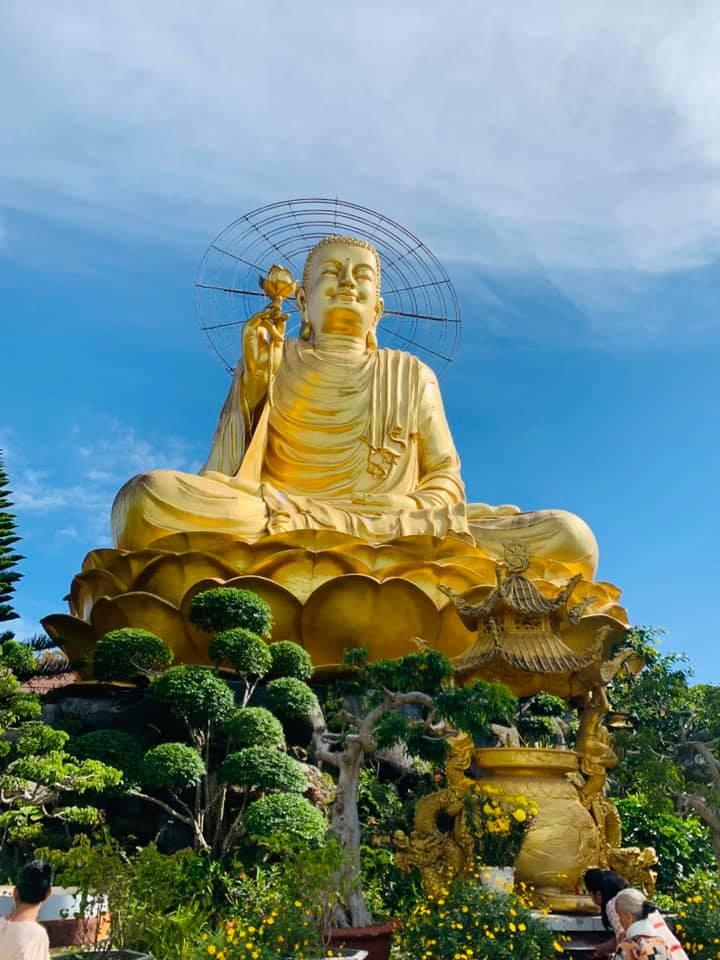 Tượng Phật Niêm Hoa Vi Tiếu tại Thiền viện Vạn Hạnh Đà Lạt vào 1 ngày nắng đẹp.