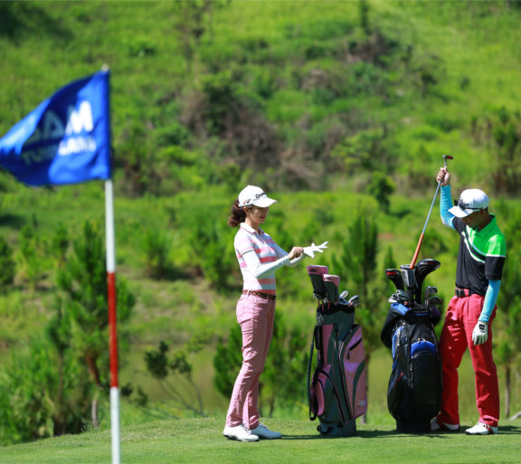 Khóa đào tạo chơi golf chuyên nghiệp tại sân golf Đà Lạt Sam Tuyền Lâm.