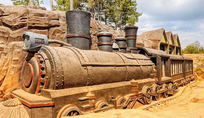 Đường hầm đất sét Đà Lạt với công trình ga xe lửa đầy công phu.