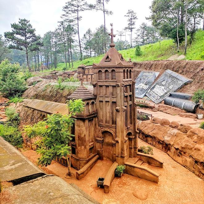 Đường hầm đất sét Đà Lạt với nhà thờ Chánh tòa - nhà thờ Con gà phiên bản mini.