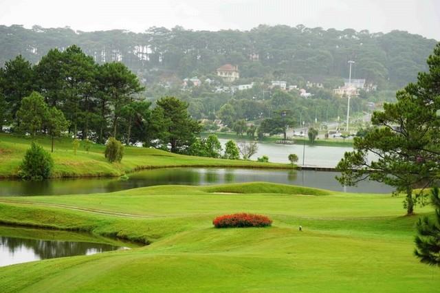 Sân golf Đà Lạt Palace Đồi Cù với địa hình và các bẫy nước đầy tính thử thách các golfer.