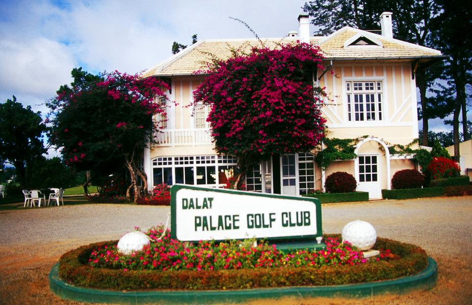 Sân golf Đà Lạt Palace Đồi Cù được xây dựng theo lối kiến trúc Pháp cùng giàn hoa giấy điểm tô thêm khung cảnh.