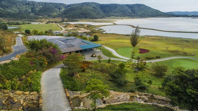 Sân golf Đà Lạt 1200 đạt tiêu chuẩn quốc tế 18 lỗ.