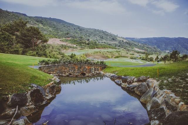 Địa hình và bẫy nước đầy thách thức các golfer tại sân golf Đà Lạt 1200.