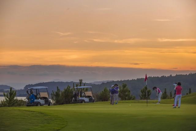 Các golfer đang chơi golf tại sân golf Đà Lạt 1200.