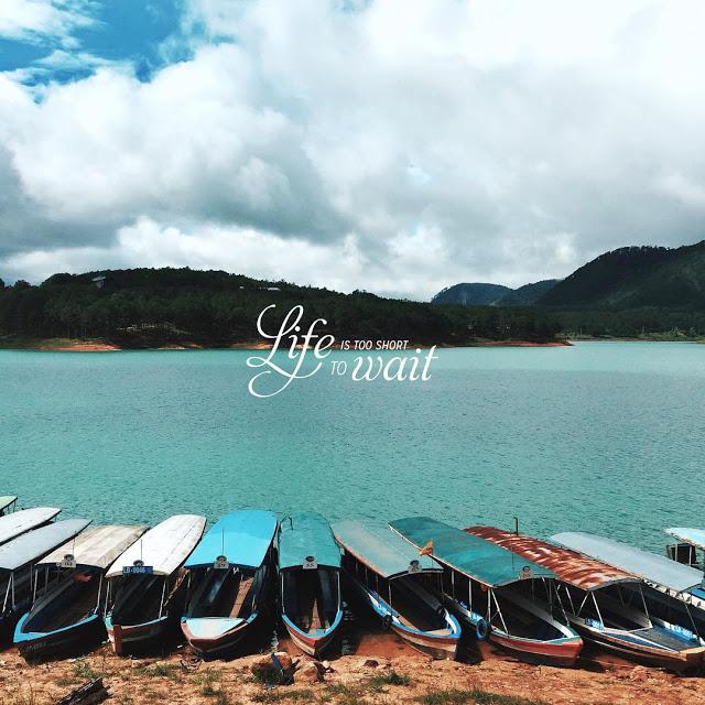 Du thuyền Tuyền Lâm Đà Lạt sẽ đưa bạn đi thưởng ngoạn cảnh quan quanh hồ.