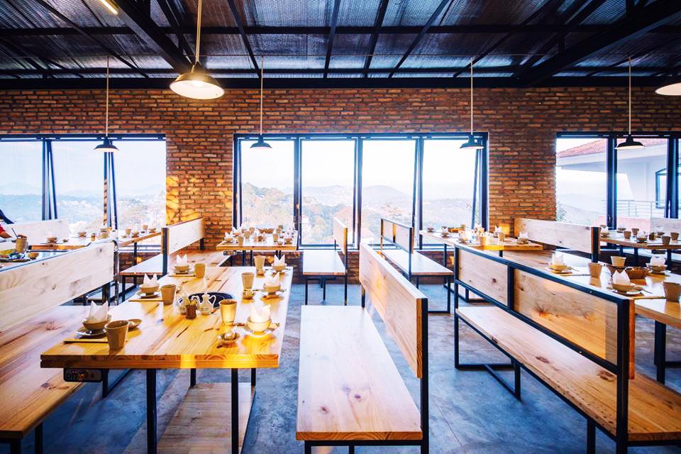 Nhà hàng Leguda với thiết kế hiện đại, không gian thoáng đãng, nhìn ngắm toàn cảnh thành phố.
