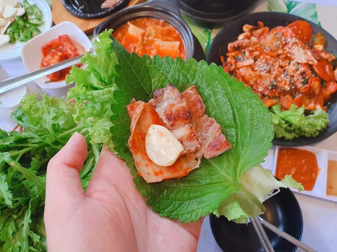 Nhà hàng Hàn Quốc Mùa Thu Đà Lạt với những món được nướng trực tiếp tại bàn, ăn kèm với kimchi và lá mè tươi ngon.