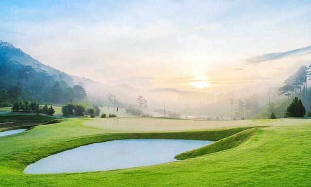 Sân golf Đà Lạt Sam Tuyền Lâm với khung cảnh thật yên bình buổi sáng sớm.