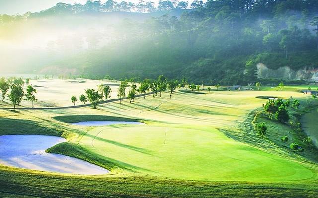 Sân golf Đà Lạt Sam Tuyền Lâm với những bẫy nước và địa hình thách thức những golfer chuyên nghiệp.