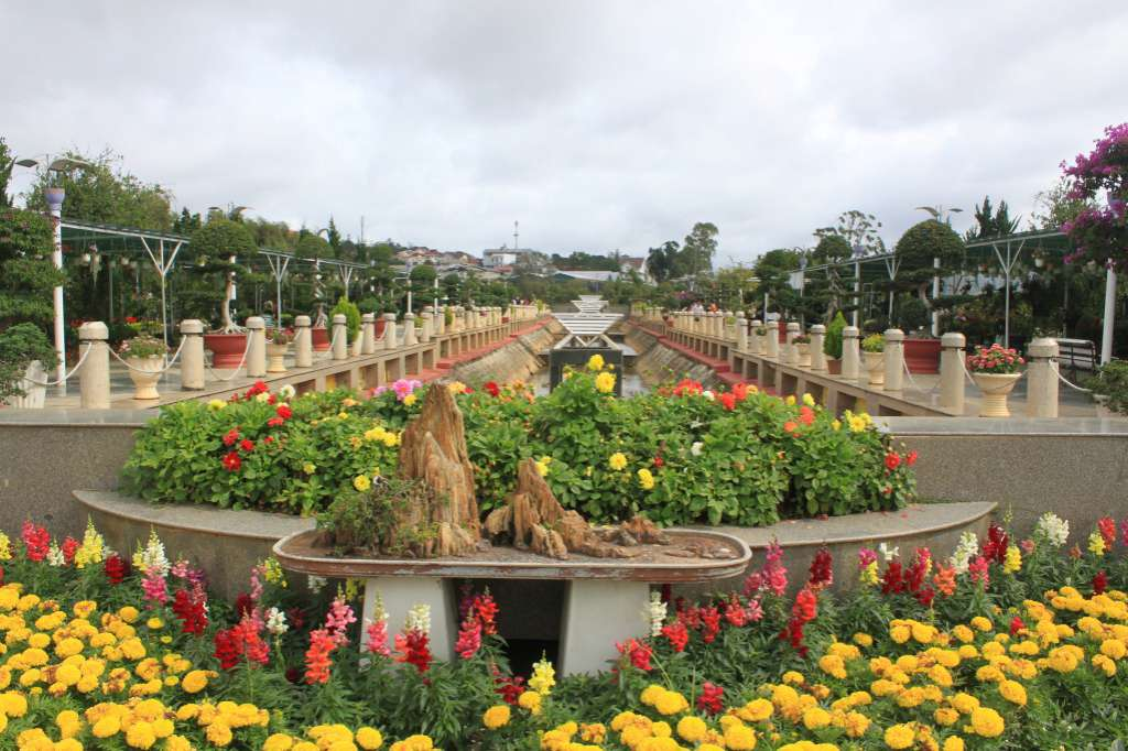Con đường hoa tại Vườn hoa thành phố Đà Lạt.