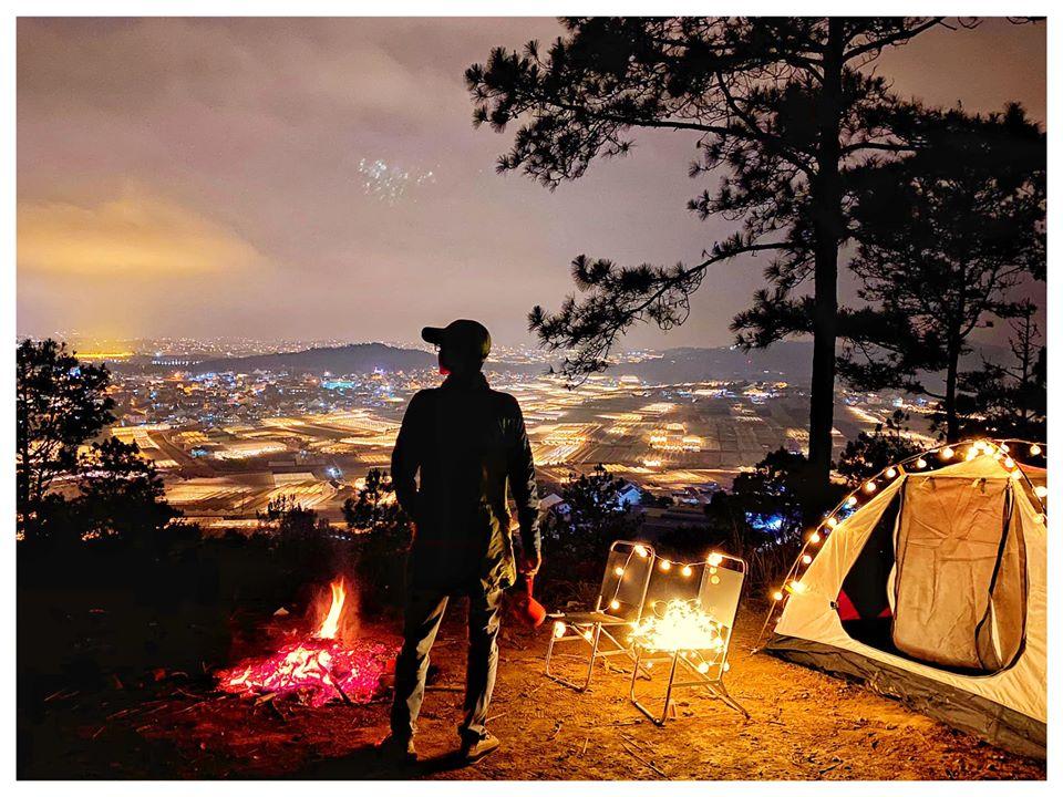 Hòn Bồ là địa điểm cắm trại qua đêm săn mây hấp dẫn khi du lịch Đà Lạt thang 12